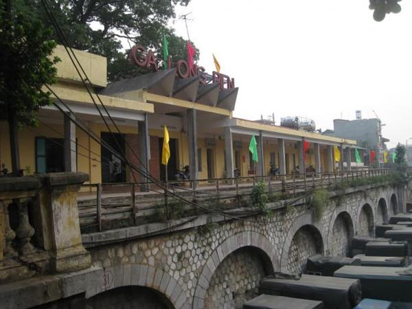 Lối vào ga Long Biên