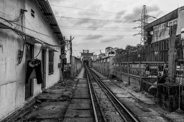 Đường ray tàu hỏa ga Long Biên