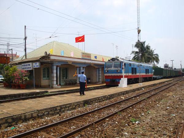 Tàu chở khách qua ga Long Khánh